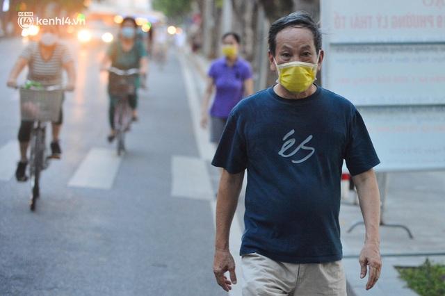 Hà Nội: Hồ Tây lập chốt chặn, hồ Gươm chăng rào kín vẫn không ngăn được... người dân tập thể dục - Ảnh 11.