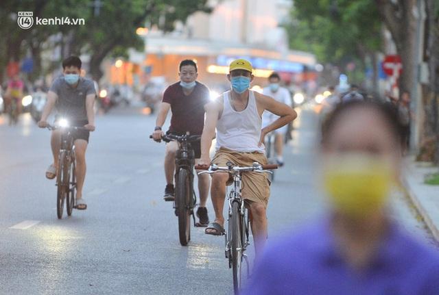 Hà Nội: Hồ Tây lập chốt chặn, hồ Gươm chăng rào kín vẫn không ngăn được... người dân tập thể dục - Ảnh 13.