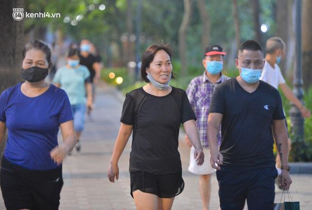 Hà Nội: Hồ Tây lập chốt chặn, hồ Gươm chăng rào kín vẫn không ngăn được... người dân tập thể dục - Ảnh 14.
