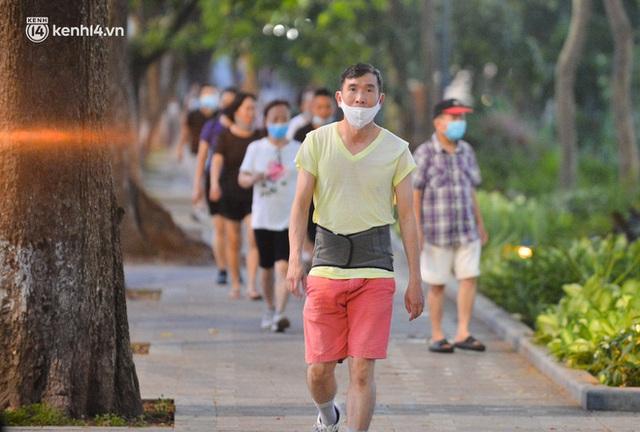 Hà Nội: Hồ Tây lập chốt chặn, hồ Gươm chăng rào kín vẫn không ngăn được... người dân tập thể dục - Ảnh 15.