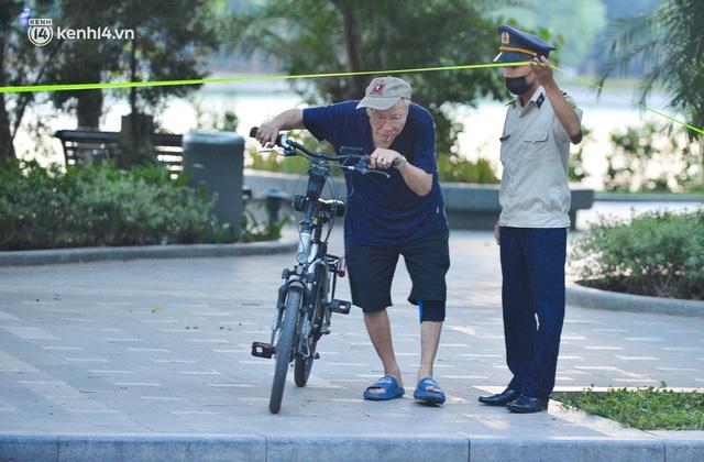 Hà Nội: Hồ Tây lập chốt chặn, hồ Gươm chăng rào kín vẫn không ngăn được... người dân tập thể dục - Ảnh 16.