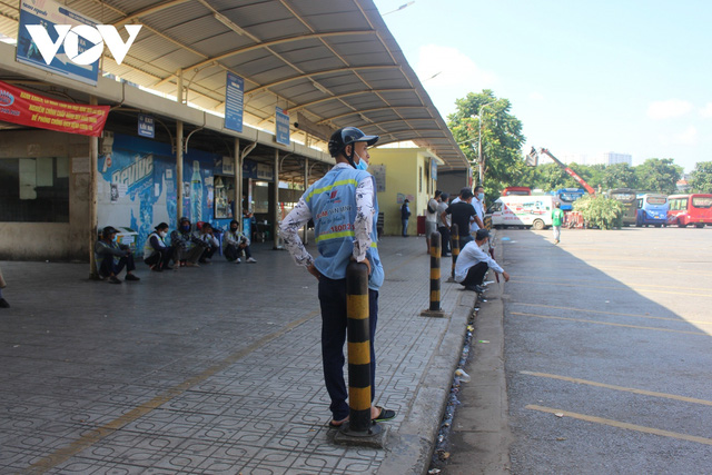 Bến xe ở Hà Nội thưa xe, vắng khách do dịch Covid-19 - Ảnh 16.