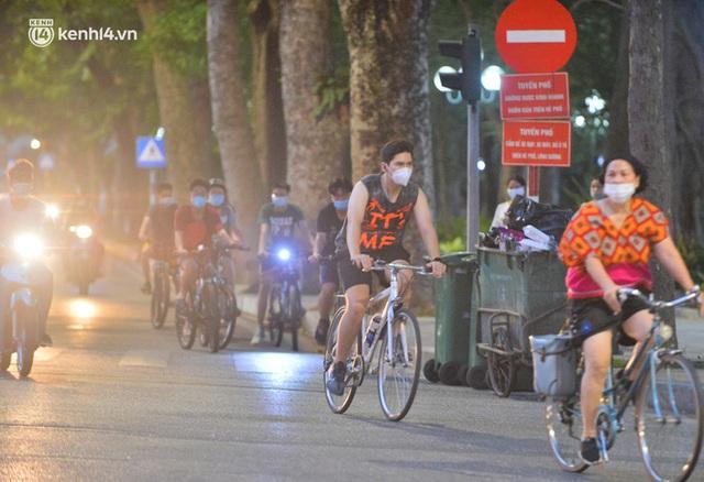 Hà Nội: Hồ Tây lập chốt chặn, hồ Gươm chăng rào kín vẫn không ngăn được... người dân tập thể dục - Ảnh 19.