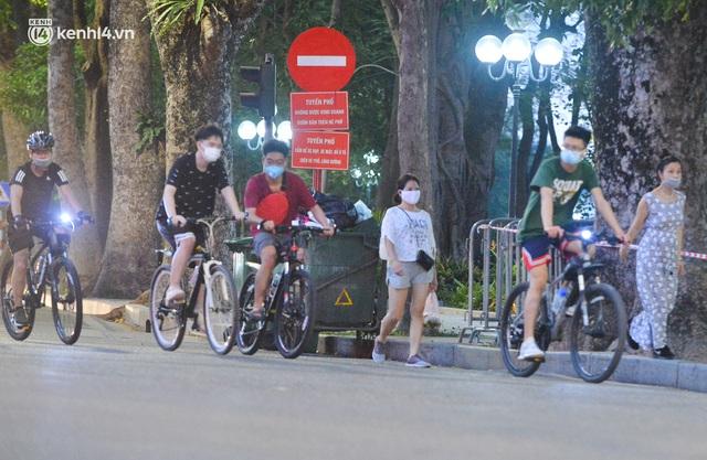 Hà Nội: Hồ Tây lập chốt chặn, hồ Gươm chăng rào kín vẫn không ngăn được... người dân tập thể dục - Ảnh 20.