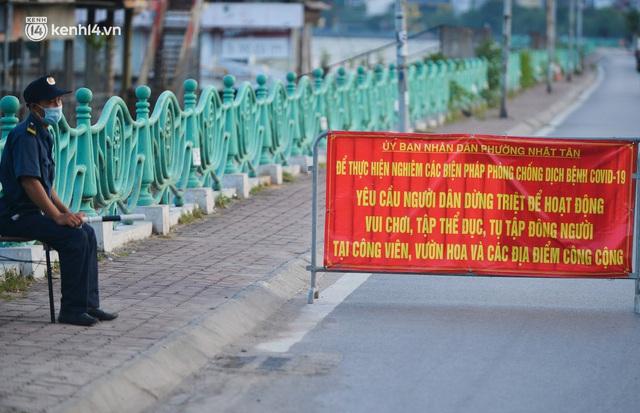 Hà Nội: Hồ Tây lập chốt chặn, hồ Gươm chăng rào kín vẫn không ngăn được... người dân tập thể dục - Ảnh 3.