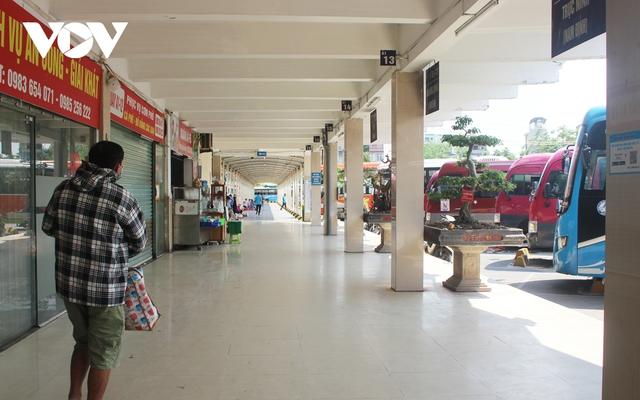 Bến xe ở Hà Nội thưa xe, vắng khách do dịch Covid-19 - Ảnh 3.