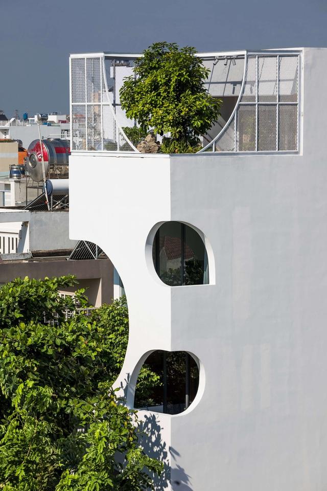 Ngôi nhà cắt khoét siêu art chiếm spotlight cả khu phố: Design bên trong xịn không kém, sân thượng chill như quán cafe - Ảnh 3.