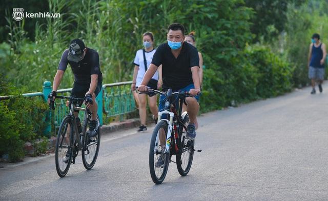 Hà Nội: Hồ Tây lập chốt chặn, hồ Gươm chăng rào kín vẫn không ngăn được... người dân tập thể dục - Ảnh 4.