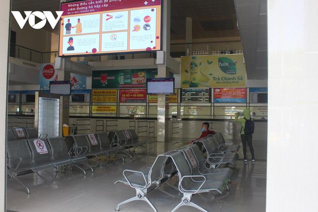 Bến xe ở Hà Nội thưa xe, vắng khách do dịch Covid-19 - Ảnh 4.