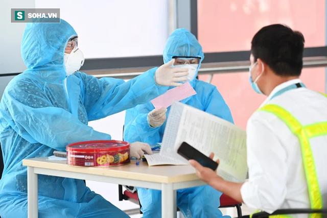 [ẢNH]: Cận cảnh dịch vụ test nhanh Covid-19 trong 30 phút ở sân bay Nội Bài cho hành khách đi TP.HCM - Ảnh 4.