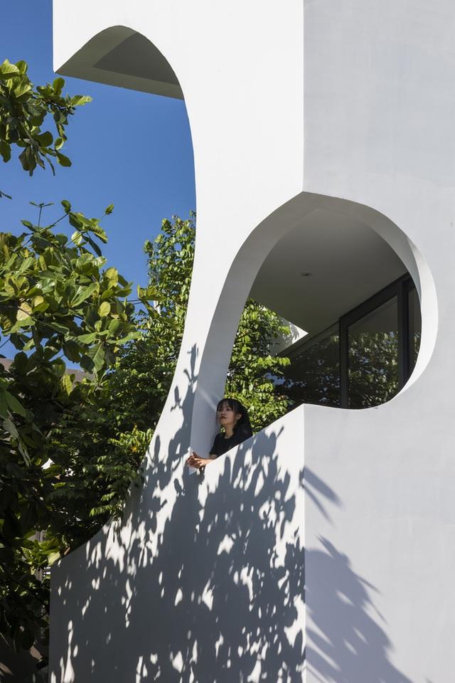 Ngôi nhà cắt khoét siêu art chiếm spotlight cả khu phố: Design bên trong xịn không kém, sân thượng chill như quán cafe - Ảnh 4.