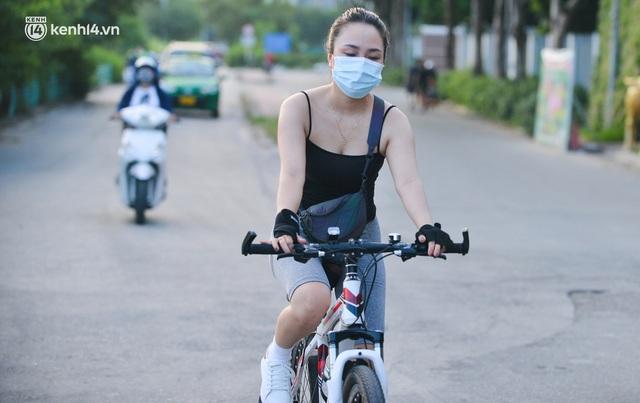 Hà Nội: Hồ Tây lập chốt chặn, hồ Gươm chăng rào kín vẫn không ngăn được... người dân tập thể dục - Ảnh 5.