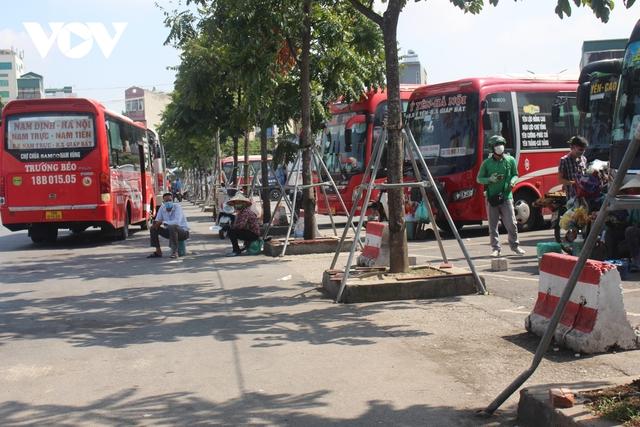 Bến xe ở Hà Nội thưa xe, vắng khách do dịch Covid-19 - Ảnh 5.