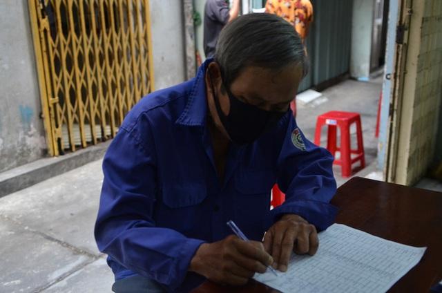 Bô lão vé số ở TP. HCM run run ký nhận gói hỗ trợ 886 tỷ đồng: Có tiền chúng tôi góp lại tặng người bị giật vé số - Ảnh 6.
