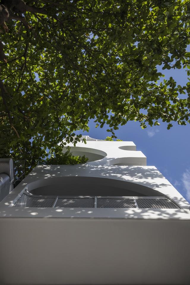 Ngôi nhà cắt khoét siêu art chiếm spotlight cả khu phố: Design bên trong xịn không kém, sân thượng chill như quán cafe - Ảnh 5.