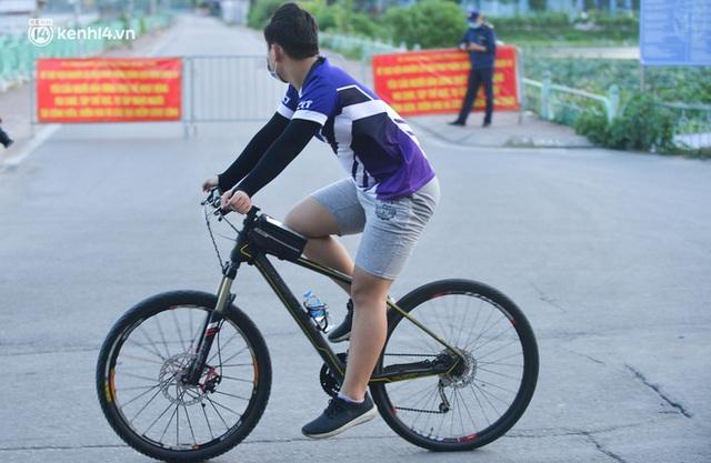 Hà Nội: Hồ Tây lập chốt chặn, hồ Gươm chăng rào kín vẫn không ngăn được... người dân tập thể dục - Ảnh 6.