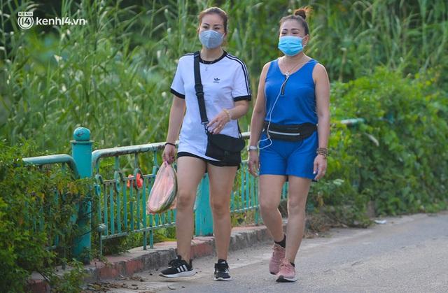 Hà Nội: Hồ Tây lập chốt chặn, hồ Gươm chăng rào kín vẫn không ngăn được... người dân tập thể dục - Ảnh 7.