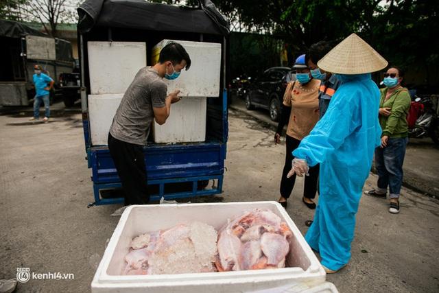 Ảnh, clip: Người Sài Gòn vui hết nấc khi tận tay nhận cá cứu trợ từ bà con miền Tây - Ảnh 7.