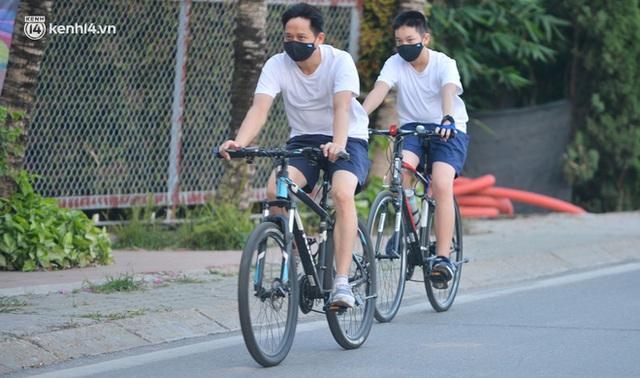 Hà Nội: Hồ Tây lập chốt chặn, hồ Gươm chăng rào kín vẫn không ngăn được... người dân tập thể dục - Ảnh 8.