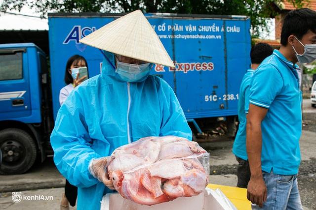 Ảnh, clip: Người Sài Gòn vui hết nấc khi tận tay nhận cá cứu trợ từ bà con miền Tây - Ảnh 8.
