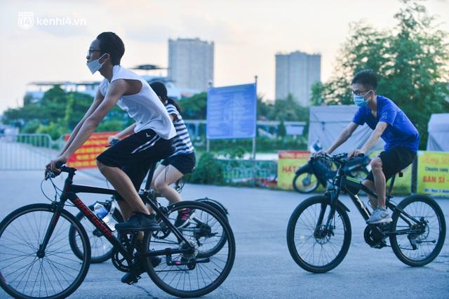 Hà Nội: Hồ Tây lập chốt chặn, hồ Gươm chăng rào kín vẫn không ngăn được... người dân tập thể dục - Ảnh 9.