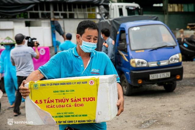 Ảnh, clip: Người Sài Gòn vui hết nấc khi tận tay nhận cá cứu trợ từ bà con miền Tây - Ảnh 9.