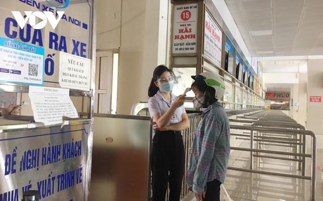 Bến xe ở Hà Nội thưa xe, vắng khách do dịch Covid-19 - Ảnh 9.