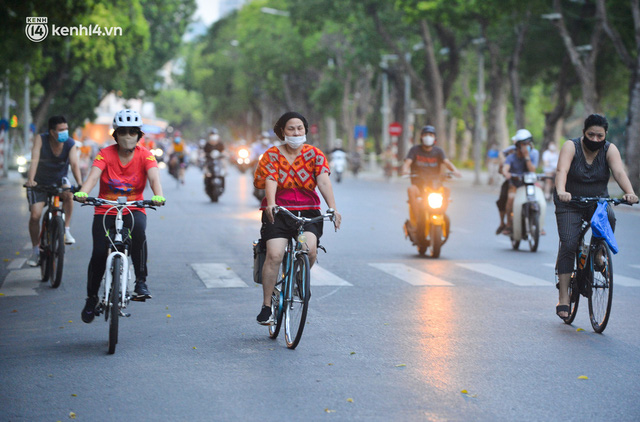 Hà Nội: Hồ Tây lập chốt chặn, hồ Gươm chăng rào kín vẫn không ngăn được... người dân tập thể dục - Ảnh 10.