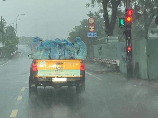 Những chiến sĩ áo xanh ôm nhau dưới cơn mưa trắng trời Sài Gòn: Bảo vệ mọi người là trách nhiệm của chúng ta - Ảnh 1.