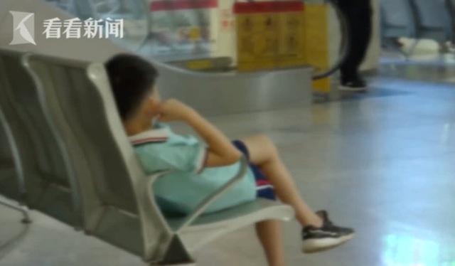 Bé trai 7 tuổi bị liệt mặt sau khi đeo quạt làm mát đeo cổ, hãy cẩn trọng với các phương pháp hạ nhiệt mùa hè - Ảnh 2.