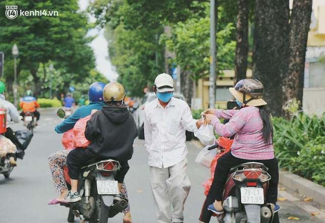 Heartwarming story when Saigon distanced itself: The sister association worked hard to cook hundreds of meals, went everywhere to give to the needy - Photo 1.