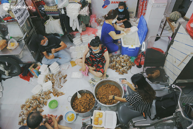 Heartwarming story when Saigon distanced itself: The sister association worked hard to cook hundreds of meals, went everywhere to give to the needy - Photo 2.