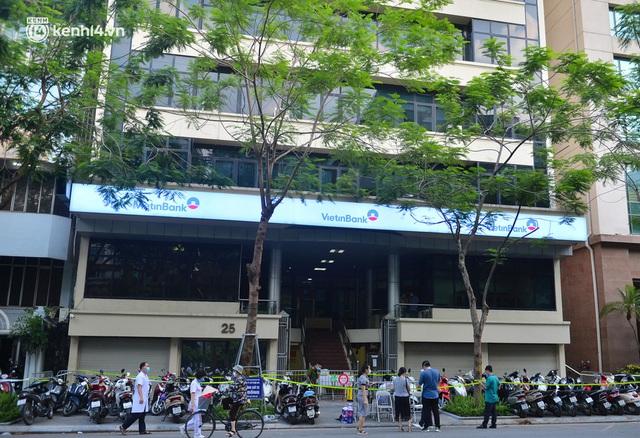 Hà Nội: Phong toả tạm thời tòa nhà Vietinbank 25 Lý Thường Kiệt, lấy mẫu xét nghiệm cho nhân viên do liên quan Covid-19 - Ảnh 1.