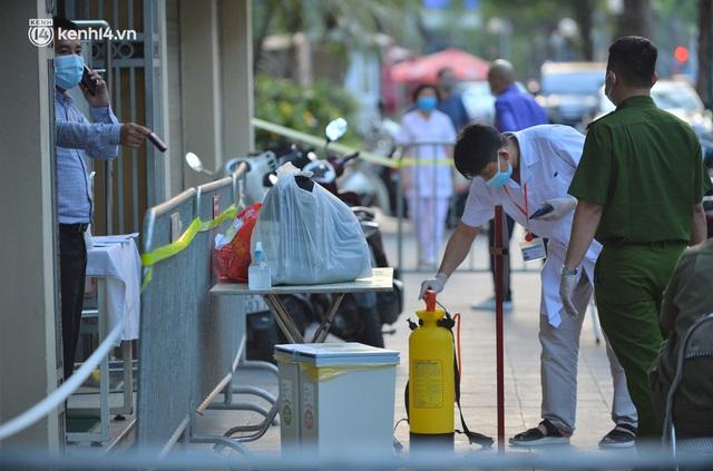 Hà Nội: Phong toả tạm thời tòa nhà Vietinbank 25 Lý Thường Kiệt, lấy mẫu xét nghiệm cho nhân viên do liên quan Covid-19 - Ảnh 2.
