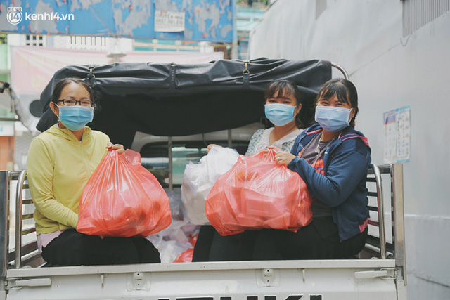 Heartwarming story when Saigon is away: The sister association is hard at work cooking hundreds of meals, going everywhere to give to the needy - Photo 11.