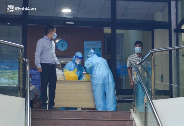 Hà Nội: Phong toả tạm thời tòa nhà Vietinbank 25 Lý Thường Kiệt, lấy mẫu xét nghiệm cho nhân viên do liên quan Covid-19 - Ảnh 11.