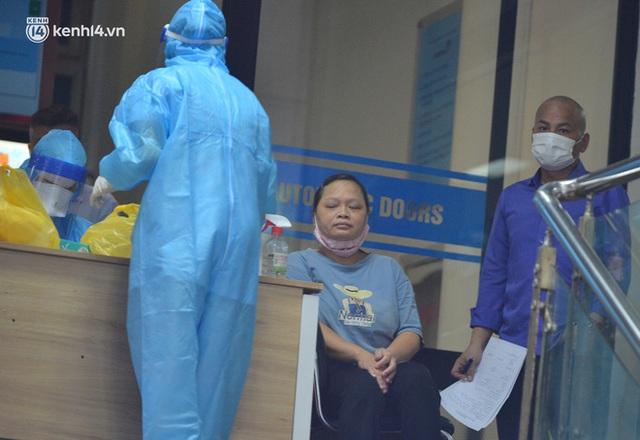 Hà Nội: Phong toả tạm thời tòa nhà Vietinbank 25 Lý Thường Kiệt, lấy mẫu xét nghiệm cho nhân viên do liên quan Covid-19 - Ảnh 12.