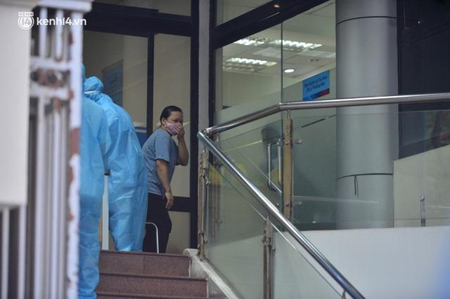 Hà Nội: Phong toả tạm thời tòa nhà Vietinbank 25 Lý Thường Kiệt, lấy mẫu xét nghiệm cho nhân viên do liên quan Covid-19 - Ảnh 13.