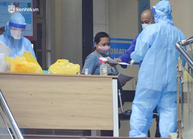 Hà Nội: Phong toả tạm thời tòa nhà Vietinbank 25 Lý Thường Kiệt, lấy mẫu xét nghiệm cho nhân viên do liên quan Covid-19 - Ảnh 14.