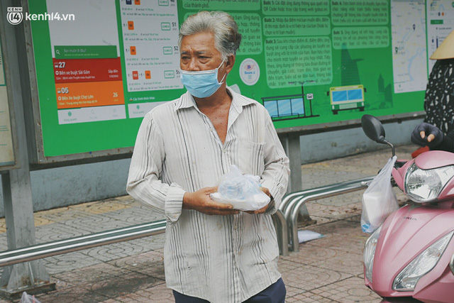 Heartwarming story when Saigon distanced itself: The sister association worked hard to cook hundreds of meals, went everywhere to give to the needy - Photo 15.