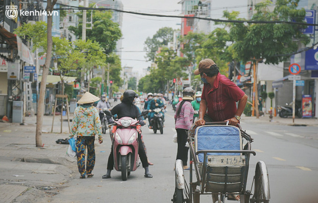 Heartwarming story when Saigon is distanced: The sister association is hard at work cooking hundreds of meals, going everywhere to give to the needy - Photo 16.
