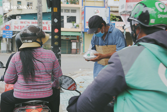 Heartwarming story when Saigon distanced itself: The sister association worked hard to cook hundreds of meals, went everywhere to give to the needy - Photo 18.