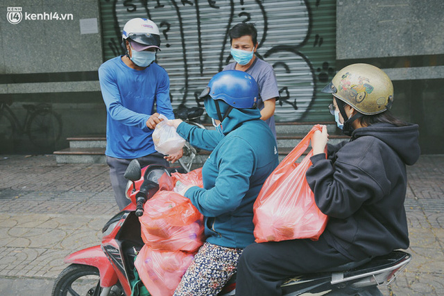 Heartwarming story when Saigon distanced itself: The sister association worked hard to cook hundreds of meals, went everywhere to give to the needy - Photo 21.