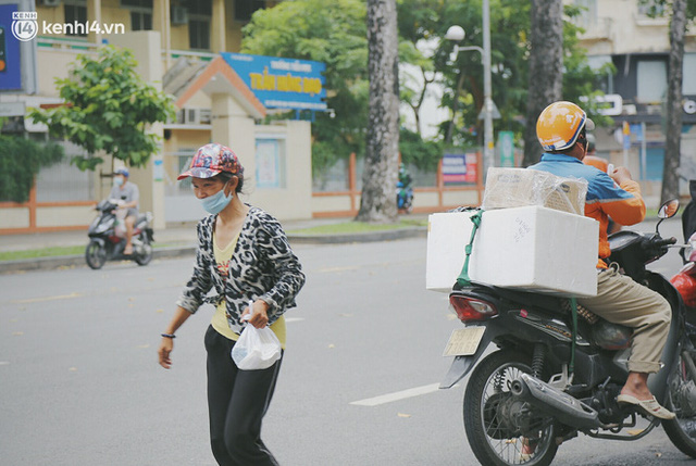 Heartwarming story when Saigon distanced itself: The sister association worked hard to cook hundreds of meals, went everywhere to give to the needy - Photo 23.