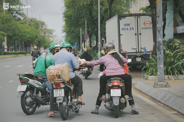 Heartwarming story when Saigon distanced itself: The sister association worked hard to cook hundreds of meals, went everywhere to give to the needy - Photo 28.
