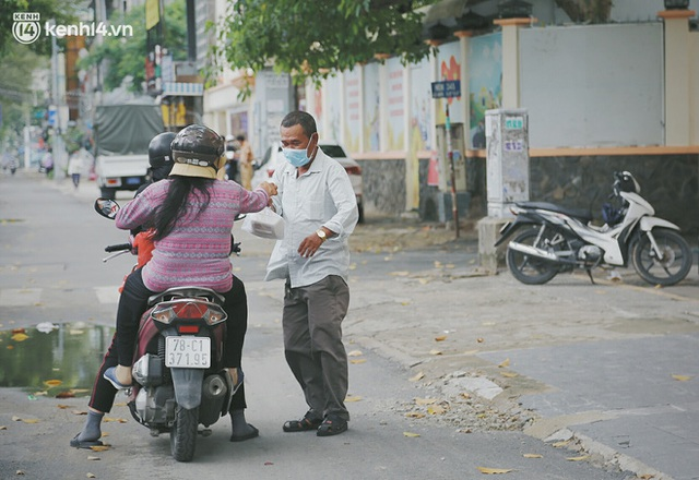 Heartwarming story when Saigon is distanced: The sisters' association worked hard to cook hundreds of meals, go everywhere to give to the needy - Photo 29.