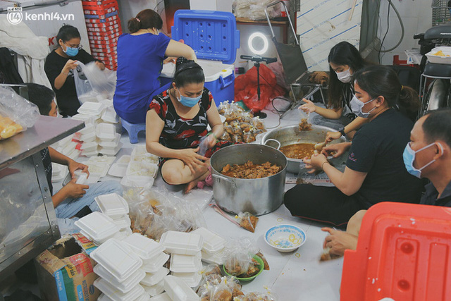 Heartwarming story when Saigon is away: The sister association is hard at work cooking hundreds of meals, going everywhere to give to the needy - Photo 4.