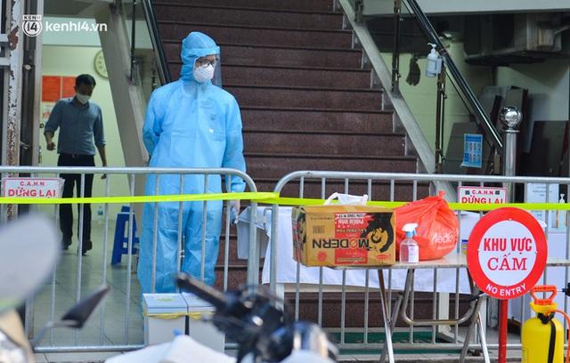 Hà Nội: Phong toả tạm thời tòa nhà Vietinbank 25 Lý Thường Kiệt, lấy mẫu xét nghiệm cho nhân viên do liên quan Covid-19 - Ảnh 4.