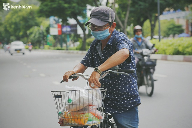 Heartwarming story when Saigon distanced itself: The sister association worked hard to cook hundreds of meals, went everywhere to give to the needy - Photo 7.