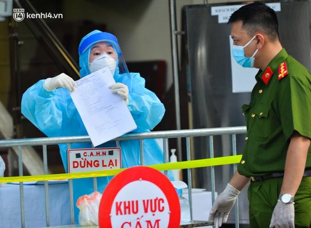 Hà Nội: Phong toả tạm thời tòa nhà Vietinbank 25 Lý Thường Kiệt, lấy mẫu xét nghiệm cho nhân viên do liên quan Covid-19 - Ảnh 7.